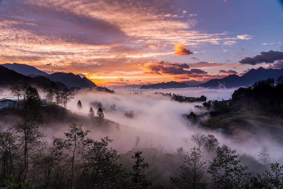 """Ẩn hiện trong biển mây bồng bềnh, """"thị trấn sương mù"""" Sa Pa luôn là cái tên nổi bật trong danh sách check-in của giới trẻ khi du lịch miền Bắc. Thiên nhiên hoang sơ, tươi đẹp, khí hậu trong lành, mát mẻ, nền văn hóa các dân tộc đa dạng, độc đáo. Tất cả hoàn hảo để biến Sa Pa trở thành một """"thiên đường du lịch"""", nơi thu hút lượng du khách đông đảo vào hầu hết thời điểm trong năm. Ảnh: Cat Cat Village."""
