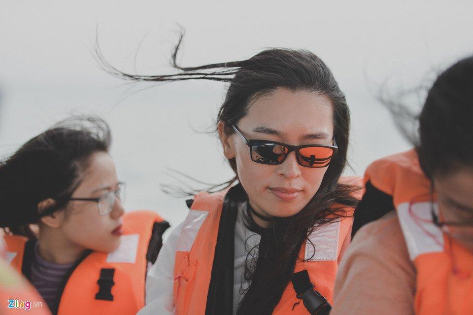 Phóng viên Zing.vn có mặt trong đoàn khảo sát du lịch cùng các bạn trẻ Việt tới trải nghiệm danh thắng này một ngày đầu tháng 6. Từ thị trấn, chúng tôi ngồi tàu chừng 40 phút để tới bãi biển.