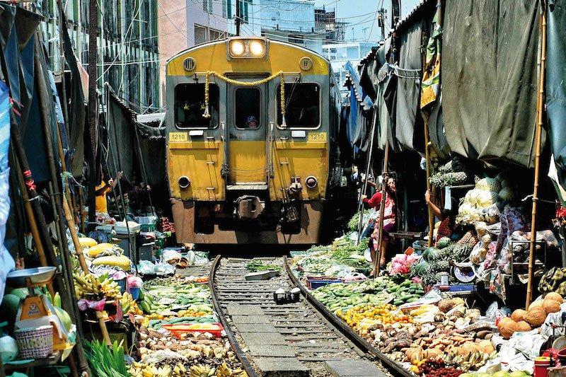 Các tấm bạt sẽ được thu lại khi đoàn tàu chạy qua.