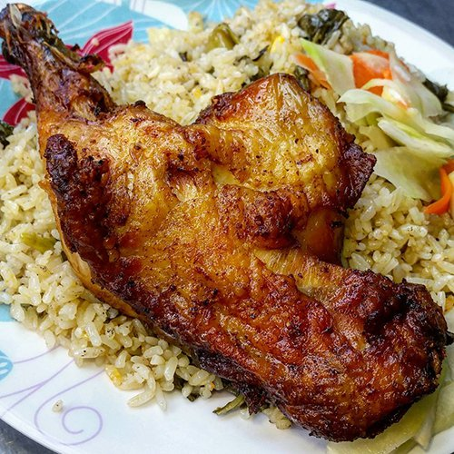 """Thực khách ăn lần đầu sẽ thấy """"choáng"""" vì miếng đùi gà to được bày trên đĩa cơm vàng ươm cùng rau dưa ăn kèm."""