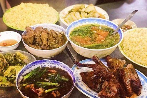 Cơm và đồ ăn được để riêng trong đĩa để phục vụ khách. Ảnh: Cao Diệu Anh.