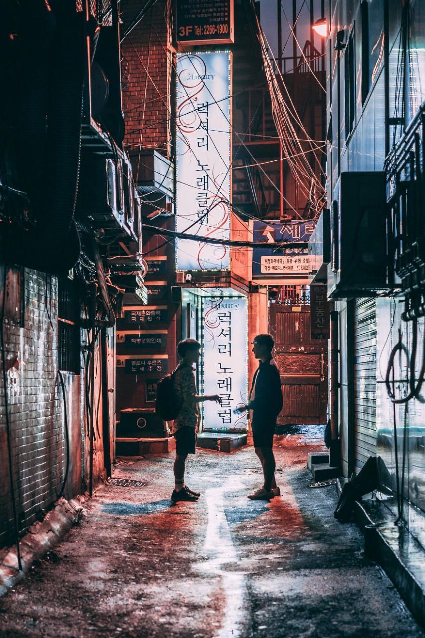 """""""Trong thời gian sống tại Hàn Quốc, tôi cảm thấy được truyền cảm hứng muốn cầm máy trở lại. Tôi đã mua một chiếc máy ảnh kèm ống kính giá rẻ và lang thang khắp các con phố, ngóc ngách để ghi lại hình ảnh cuộc sống đời thường ở nơi này"""", anh chia sẻ."""