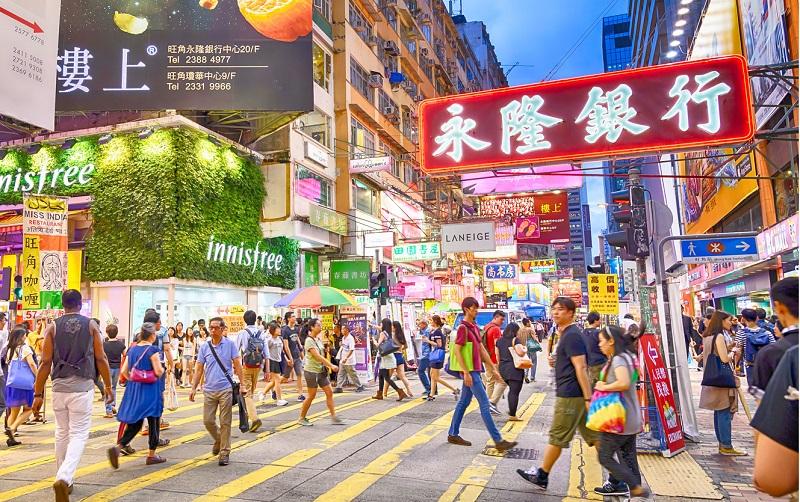 Được mệnh danh là thiên đường mua sắm Hong Kong sở hữu những con phố mua sắm nổi tiếng như chợ Qúy Bà, chợ hoa,