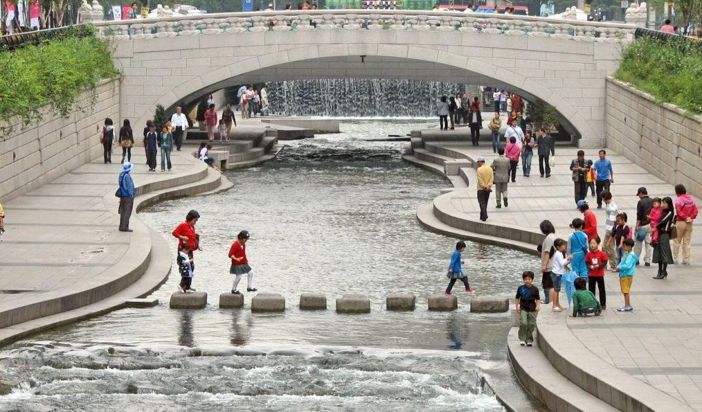 Suối Cheonggyecheon - Vẻ đẹp suối nhân tạo giữa lòng Seoul - ảnh 2